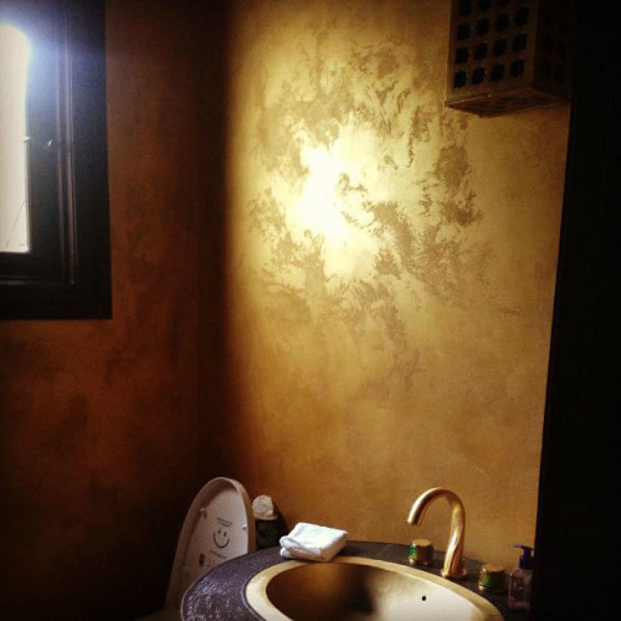 Foto bagno con pittura effetto oro di pittore edile - Pittura pareti bagno ...