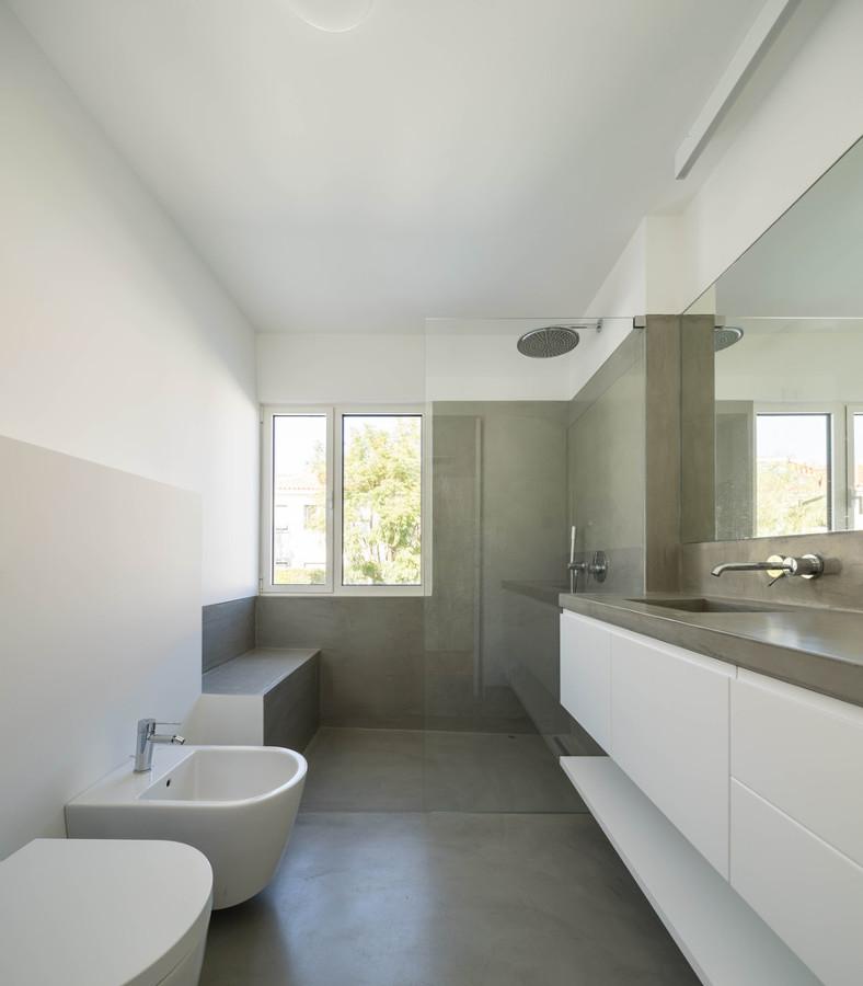 Foto bagno con rivestimenti in cemento resina di rossella - Resina bagno costi ...