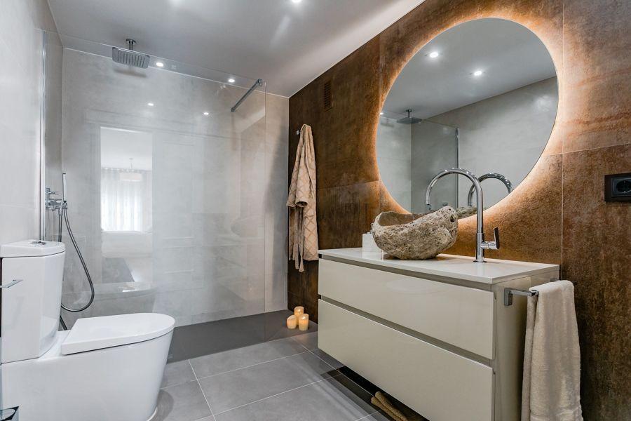 bagno con specchio rotondo