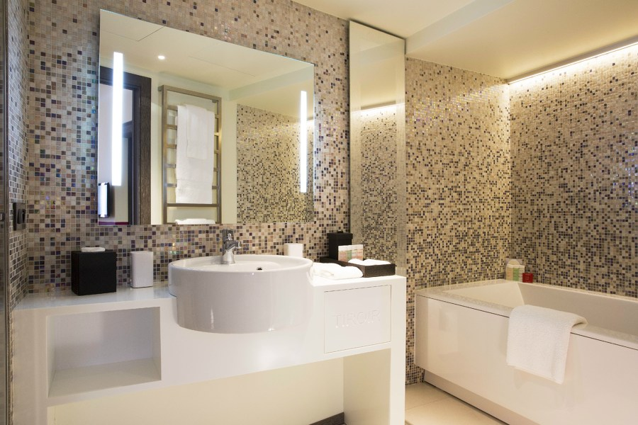 Bagno elegante con pareti mosaico