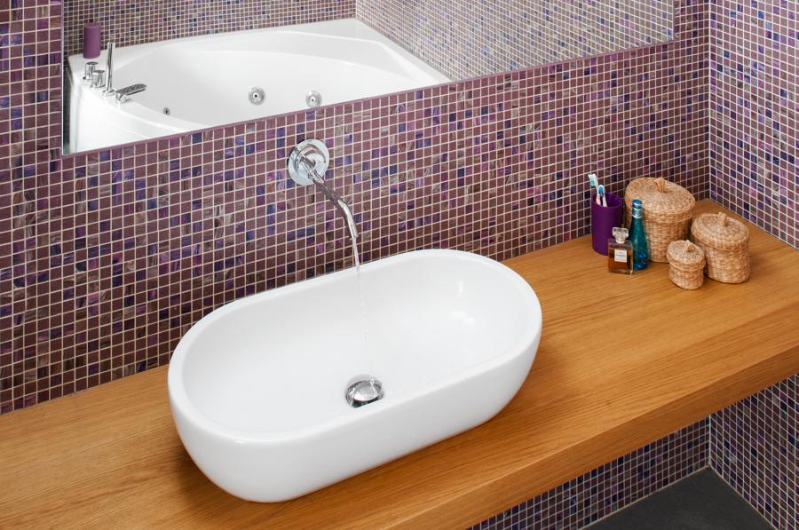 Bagno in mosaico Bisazza con ripiano in rovere e vasca idromassaggio