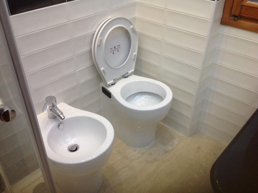 Foto bagno minimale con sanitari filo muro di irrisar - Bagno con muretto ...