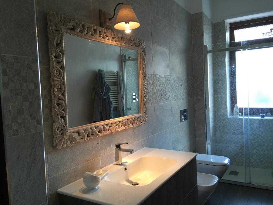 Bagno con sanitari sospesi e tecnica decorativa su una parete idee ristrutturazione casa - Bagno nuovo prezzi ...