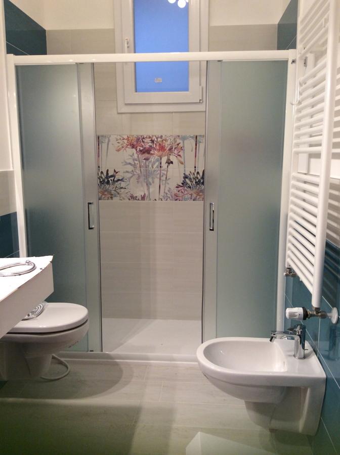 Bagno nuovo con box doccia tutta parete