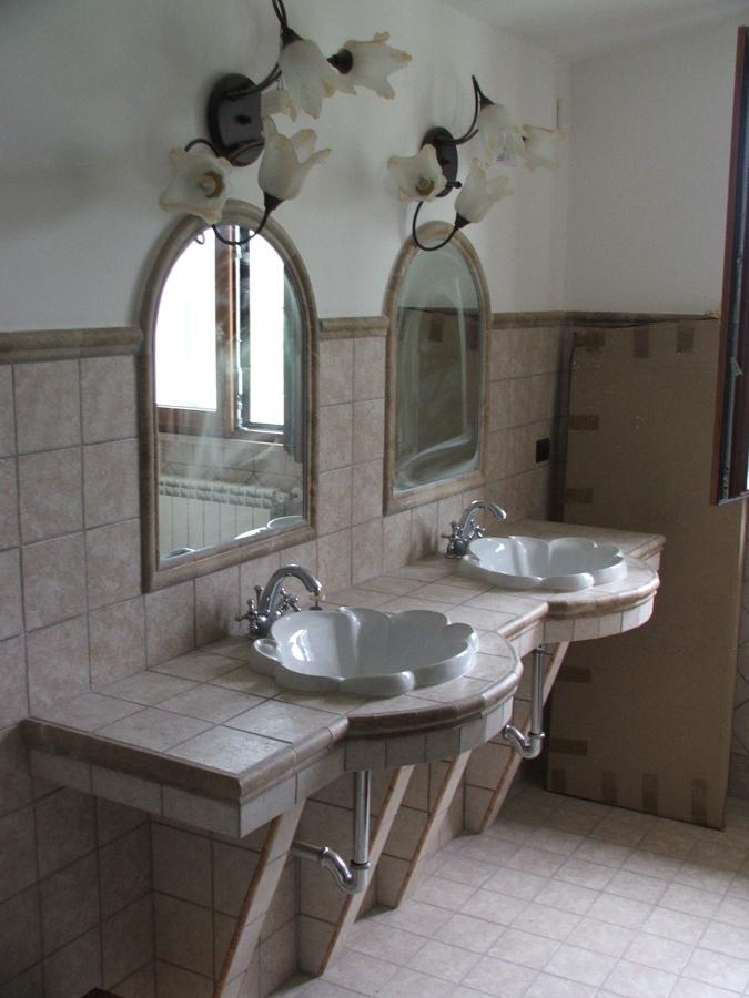 Foto bagno patronale con piano lavabi in muratura di sp porte di paolo di lorenzo 290767 - Lavabo bagno muratura ...