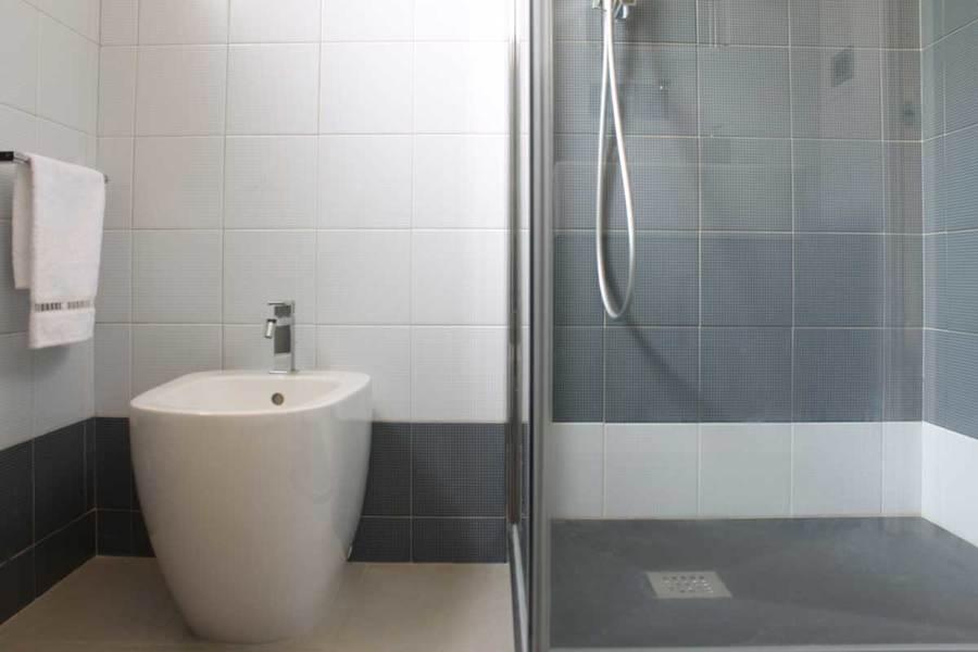 Foto bagno principale con composizione di piastrelle ceramica bardelli di francesco ruffa for Composizione piastrelle bagno