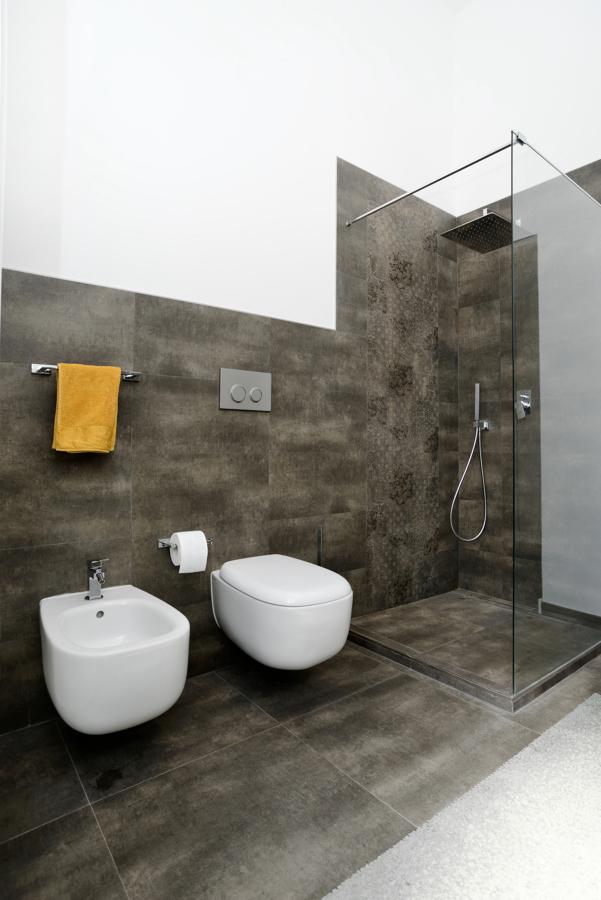 bagno principale: vista sanitari e doccia