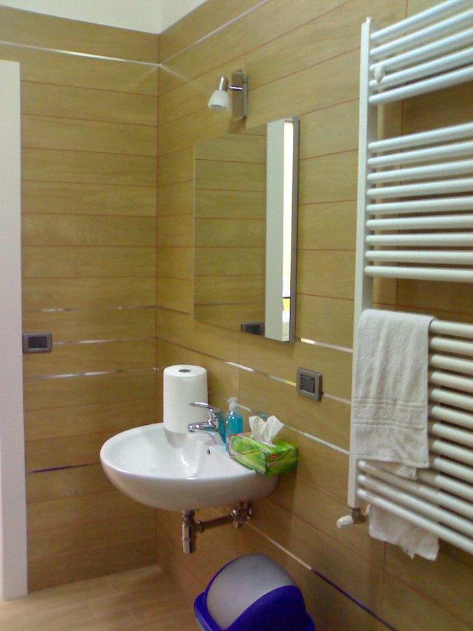 Rivestimento bagno con listoni idee ristrutturazione casa for Idee rivestimento bagno
