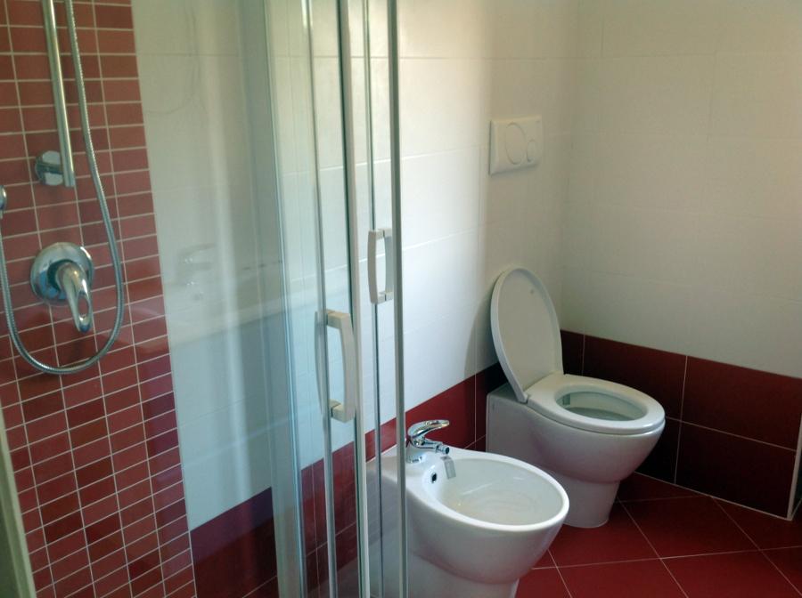 Pavimento Rosso E Bianco : Foto bagno rosso sanitari contromuro di r d m srl