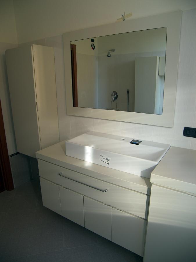 Mobile bagno laccato bianco crema idee falegnami - Top bagno su misura ...