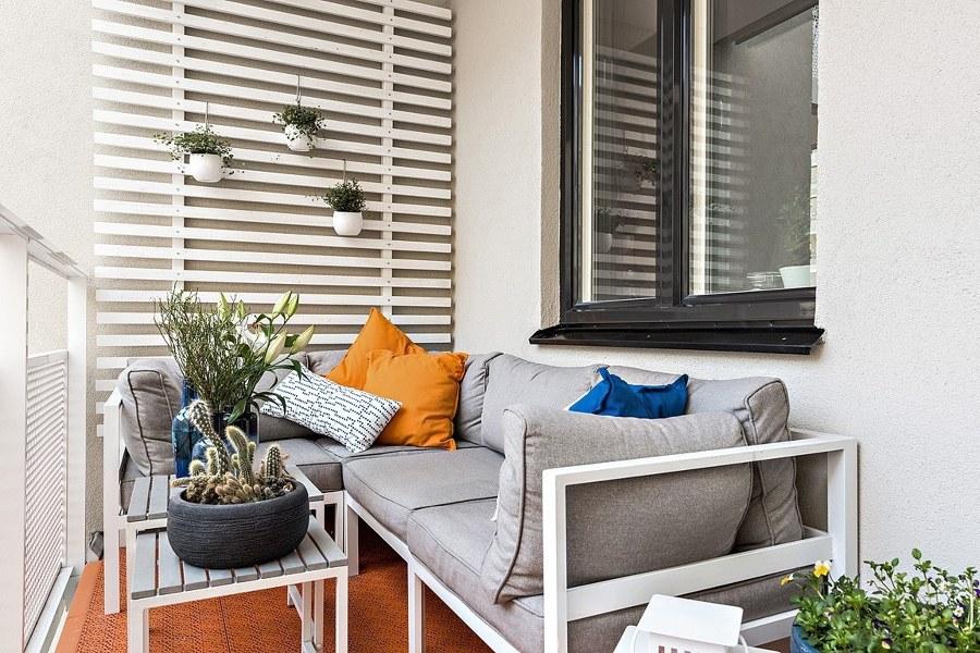 Foto balcone con piante e divanetto di rossella for Divanetto balcone