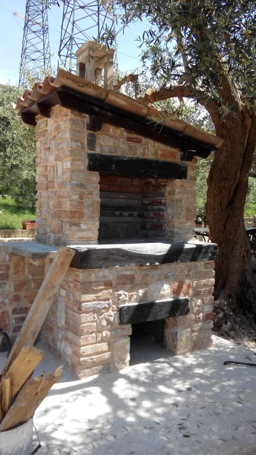 Barbecue in pietra e mattoni idee costruzione muro di cinta - Barbecue da giardino in pietra ...