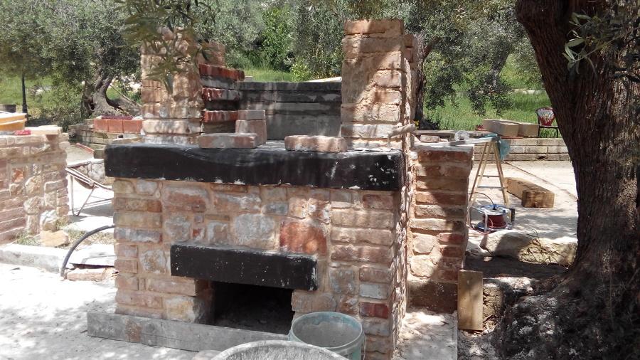 barbecue in pietra e mattoni idee costruzione muro di cinta