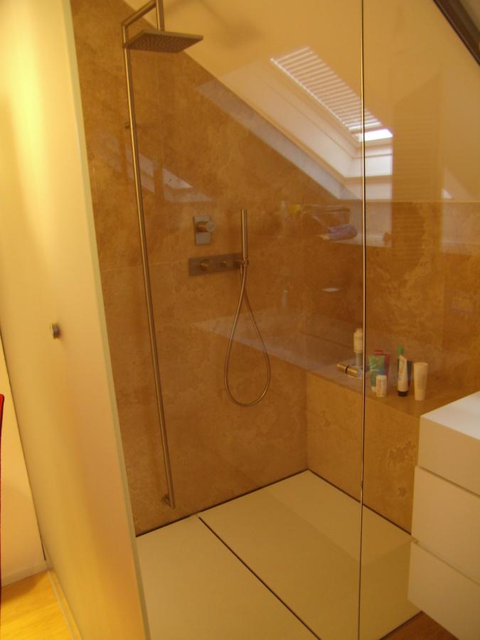 Box doccia bagno sotto tetto.