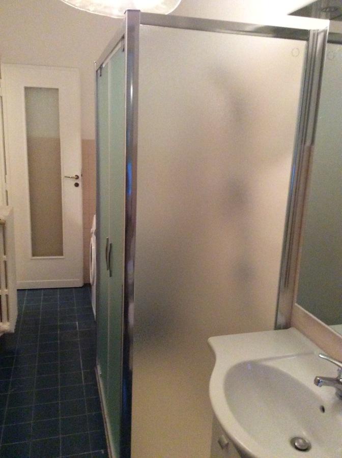 Box doccia con vetro temprato spessore 6 mm con apertura a saloon.