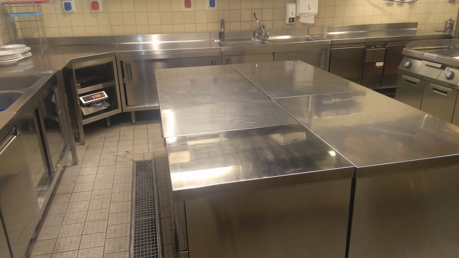 Brillantatura arredo in acciaio di grandi cucine idee for Piani di fattoria con grandi cucine