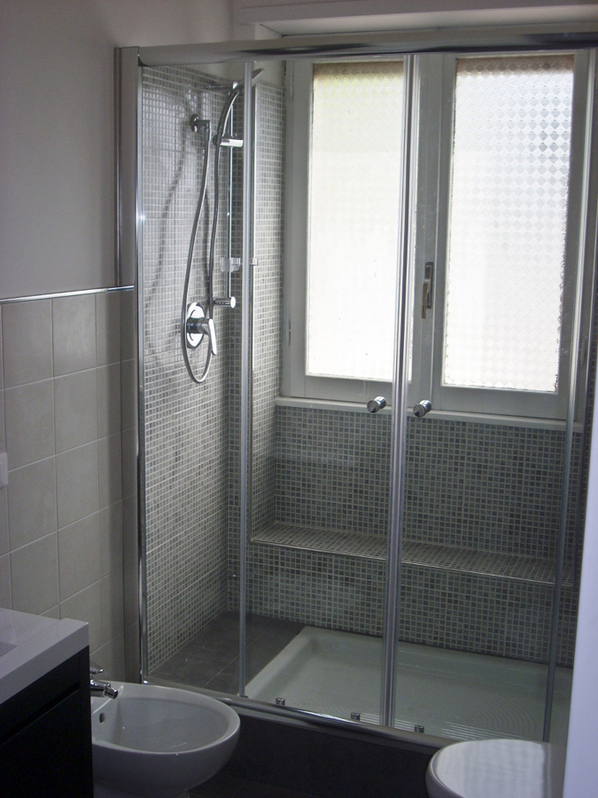 Doccie moderne doccia aperta in muratura foto di - Finestra interna per bagno cieco ...