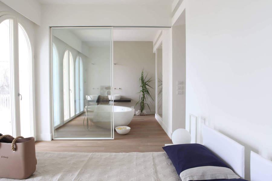 Foto camera da letto con bagno a vista di manuela occhetti 587412 habitissimo - Ristrutturare la camera da letto ...