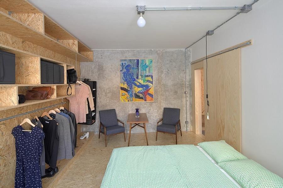 Camera da letto con armadio a giorno