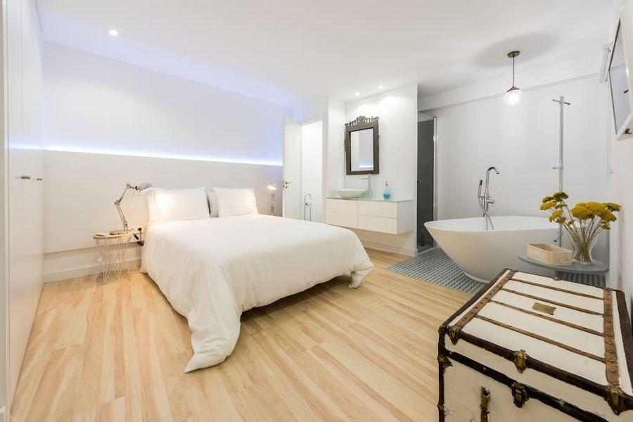 Camera da letto con bagno a vista