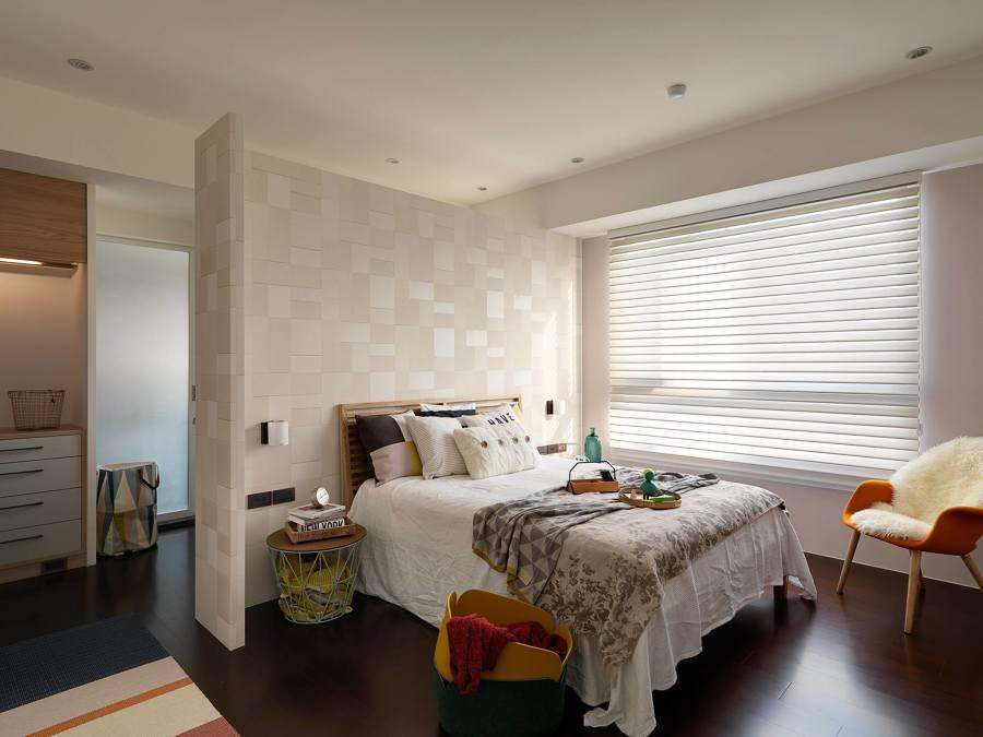 Foto camera da letto con carta da parati di rossella for Carta da parati camera da letto classiche