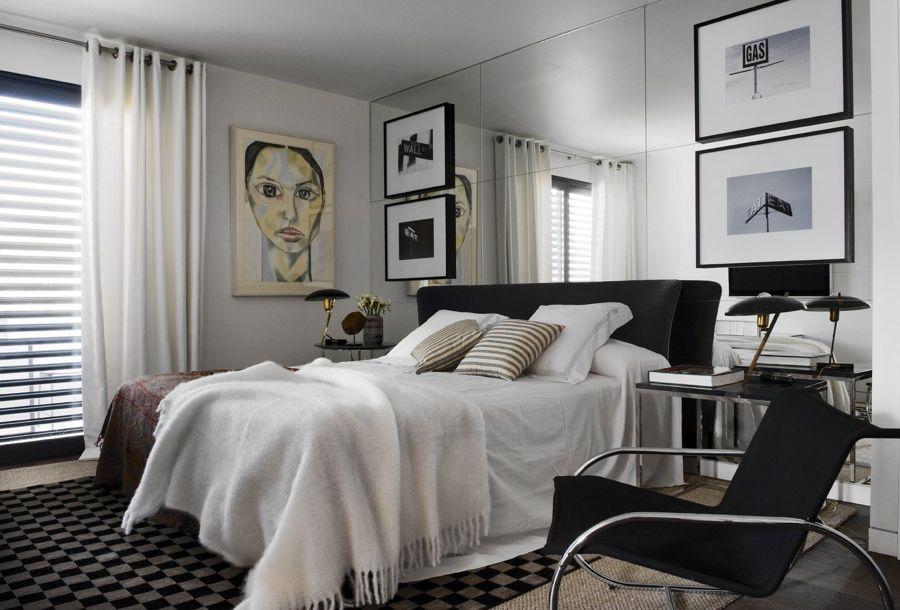 Camera da letto con parete a specchio