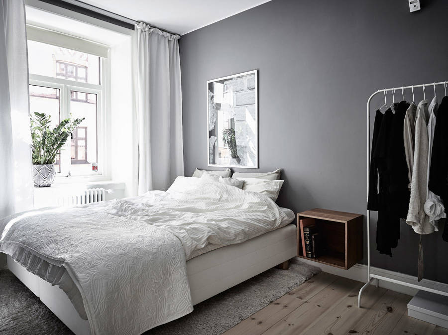 Parete Camera Da Letto Grigia : Foto camera da letto con parete grigio scuro di rossella