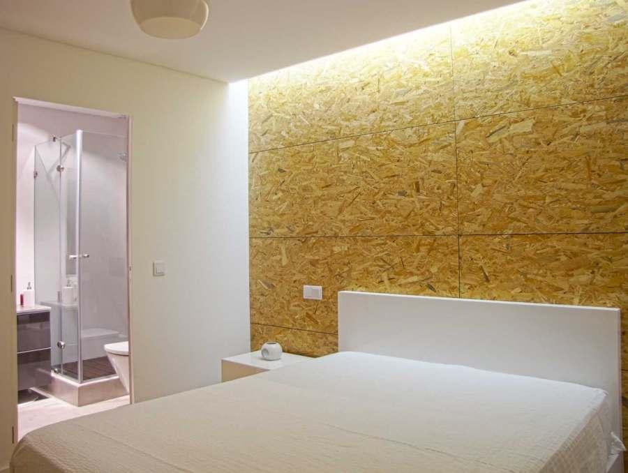 Camera da letto con parete in OSB