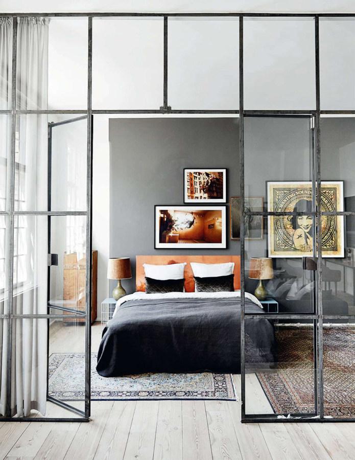 camera da letto con portea vetri