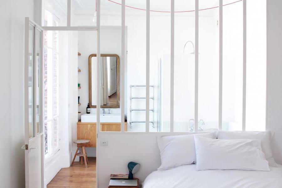 Camera da letto con vetrata