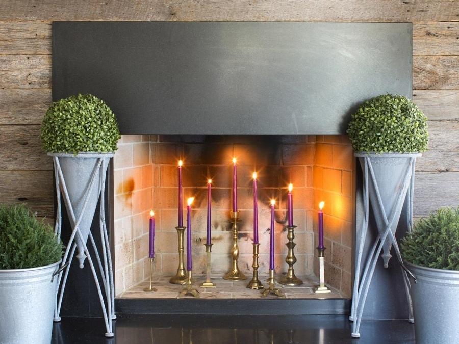 camino decorato con candele