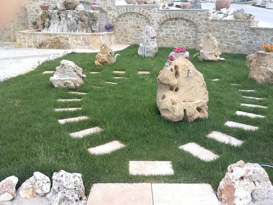 camminamenti in pietra su prato erboso