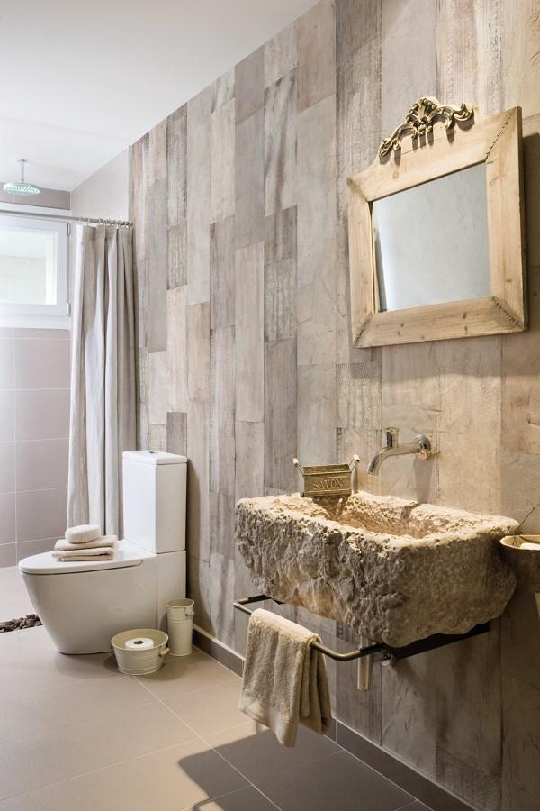 Carta da parati effetto legno in bagno