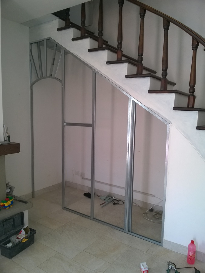 Realizzazioni di lavori in cartongesso e rivestimento del muro in pietra idee ristrutturazione - Mobili sottoscala ikea ...