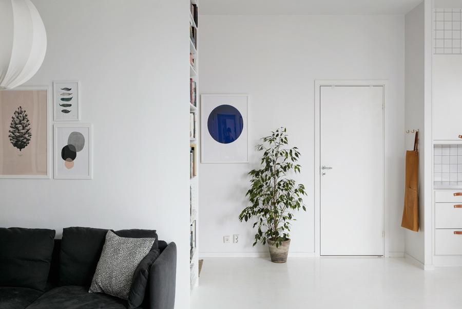 Casa con pavimento e pareti bianche