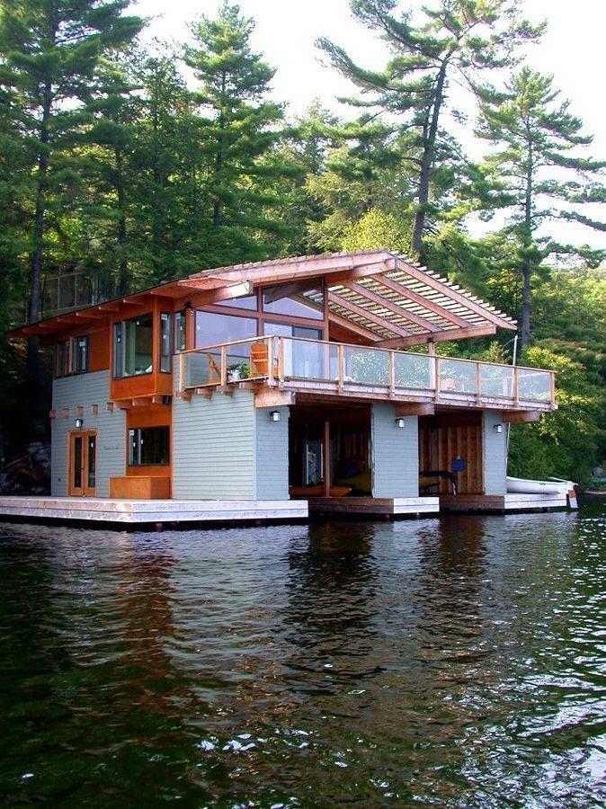 foto casa con rimessa per barche sul lago ontario di