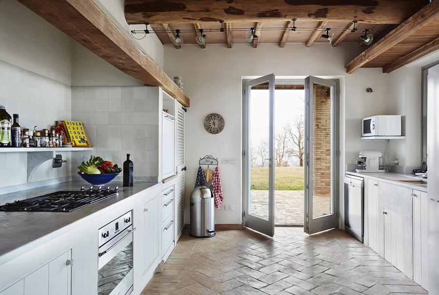 Foto casa di campagna moderna con cucina in muratura di for Casa moderna treviso