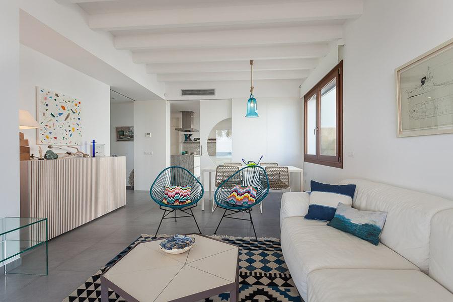 Una casa in stile mediterraneo aperta sul mare idee for Numeri di casa mediterranea