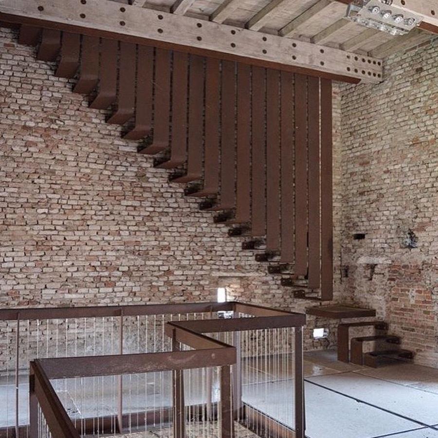 Consulenza e progetto scala su misura loft in Milano.