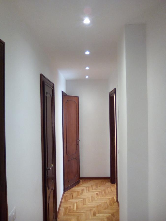 Controsoffitto Con Faretti Cucina: Zona Living con Cucina HP Interior.