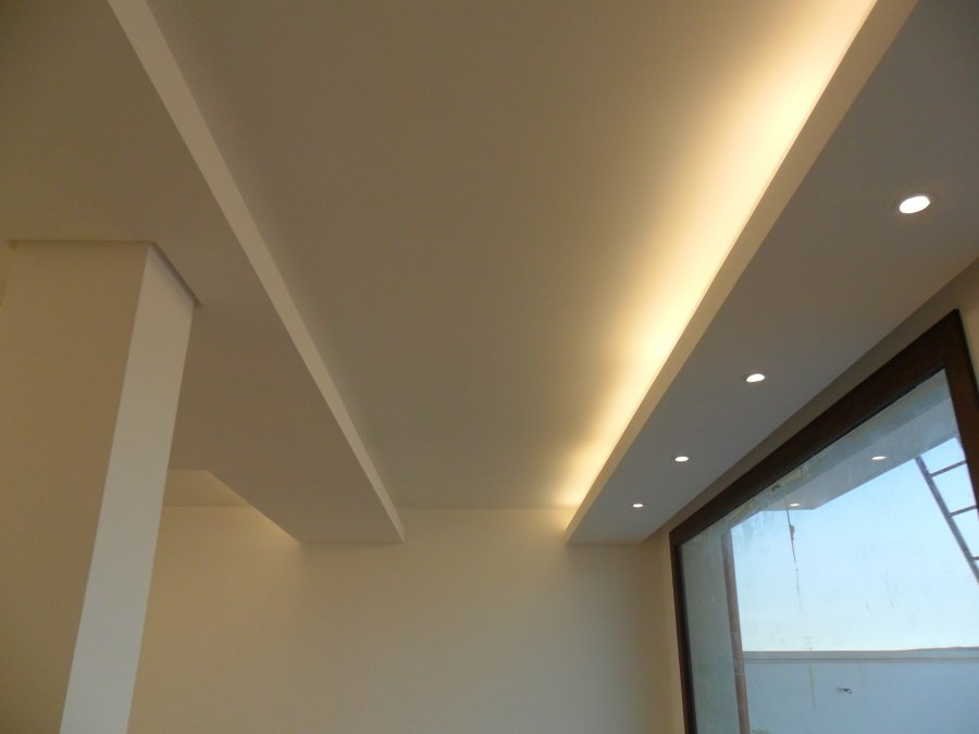 Foto controsoffitto con illuminazione neon e faretti di for Led controsoffitto