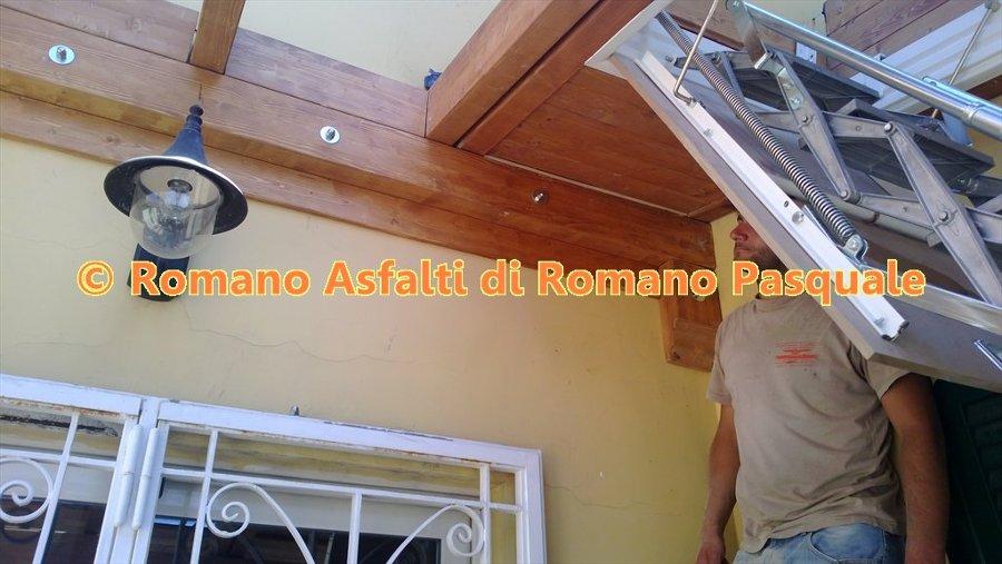 Copertura balcone con legno e vetro con scala estraibile per accesso ...