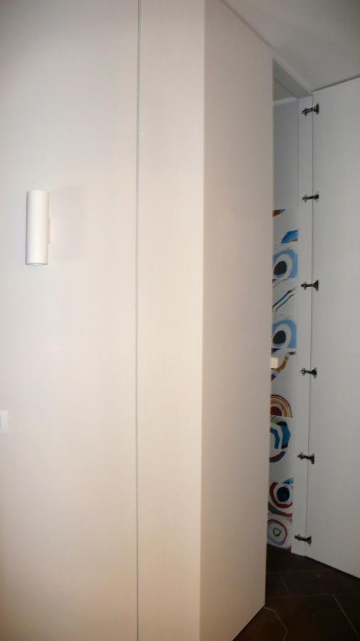 Corridoio con ante filomuro nella lavanderia