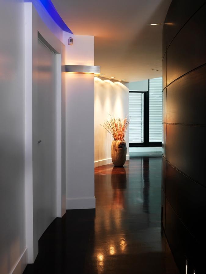 Preferenza Foto: Corridoio con Parete Rivestita In Legno e Parquet di  GD46