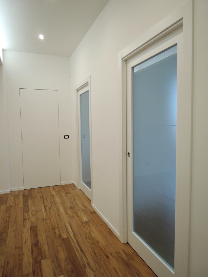 Corridoio con porte realizzate su misura