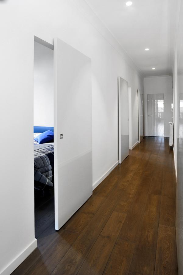 Corridoio: evidenza del pavimento e porte interne