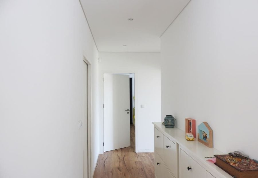7 corridoi lunghi e stretti che diventano indispensabili in casa idee interior designer - Tavolo lungo e stretto ...