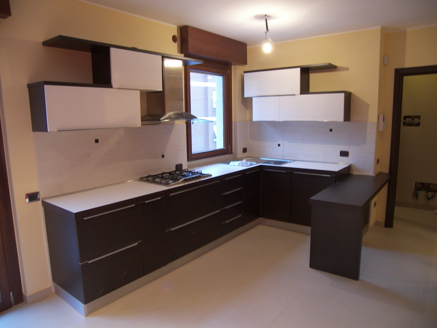 Progetto di realizzazione cucina angolare rovere scuro e - Cucina con piano cottura angolare ...