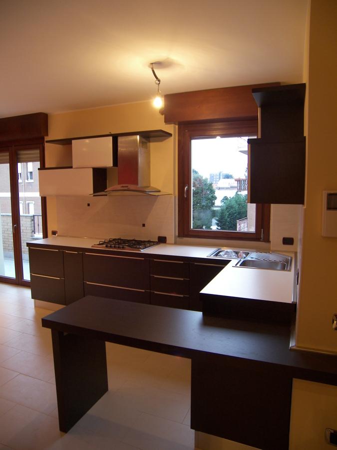 Progetto di realizzazione cucina angolare rovere scuro e laccato bianco lucido idee armadi - Progetto cucina angolare ...