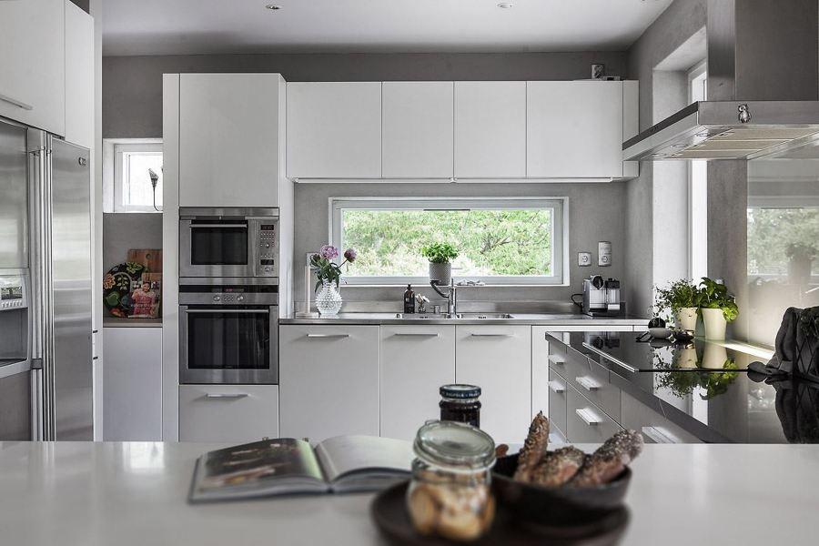 Foto cucina bianca con elettrodomestici in acciaio di - Cucina con elettrodomestici ...
